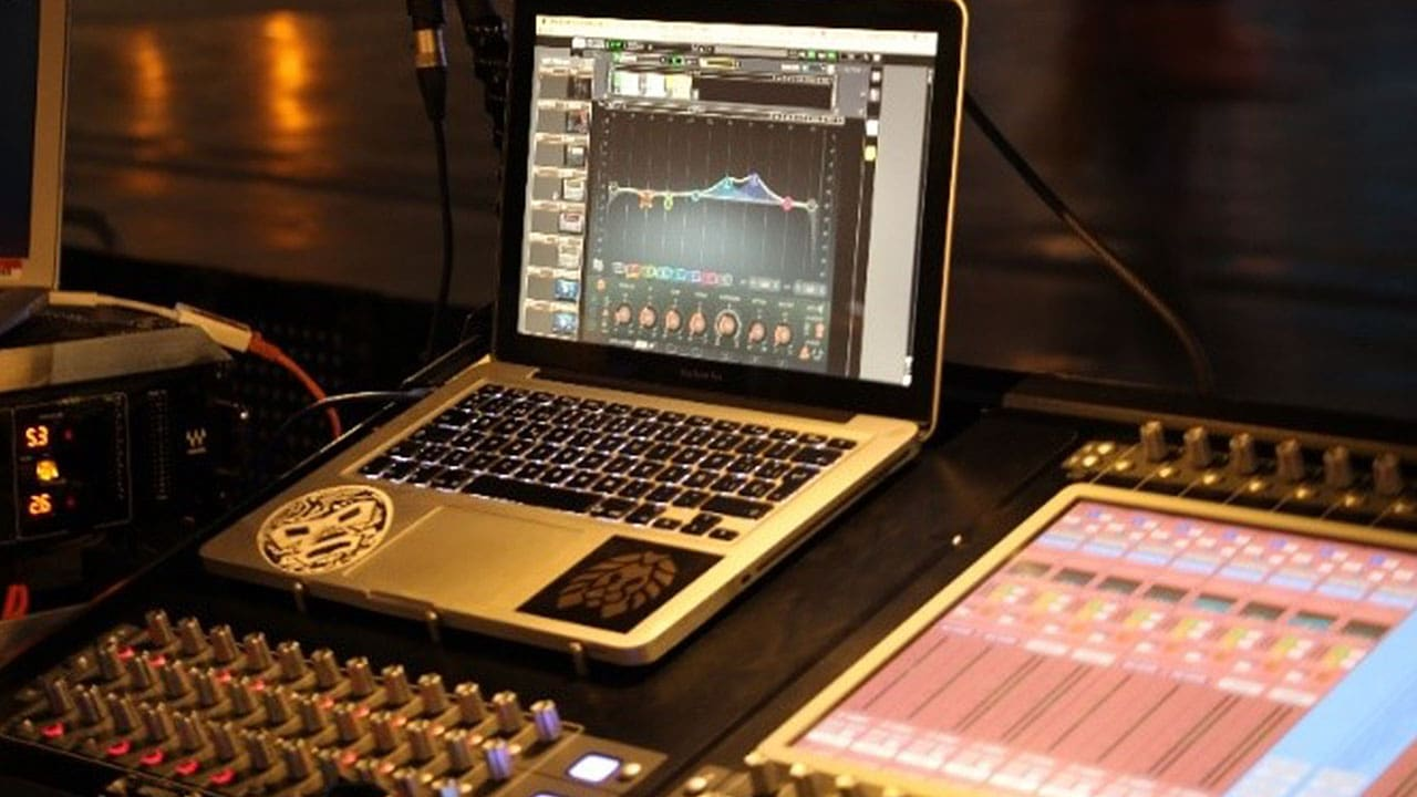 Lucas cleans up problem frequencies using the F6 Dynamic EQ plugin